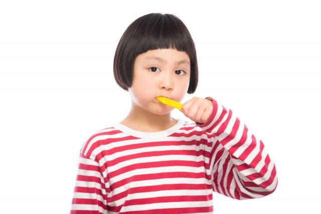 歯磨き中の女の子