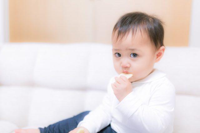 お菓子を食べる赤ちゃん