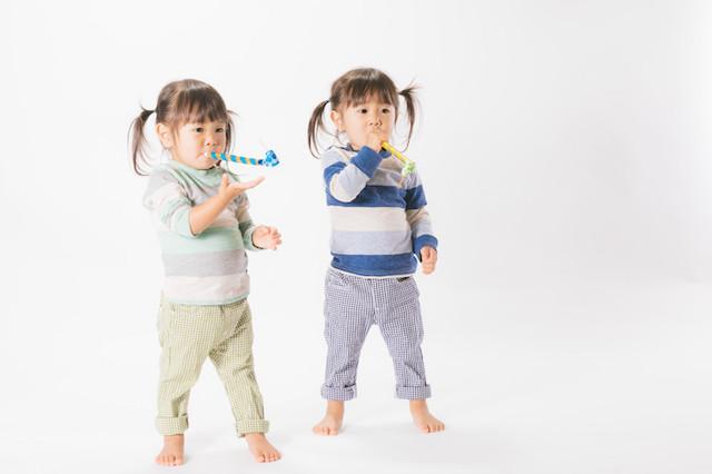 ピロピロ笛を吹く双子