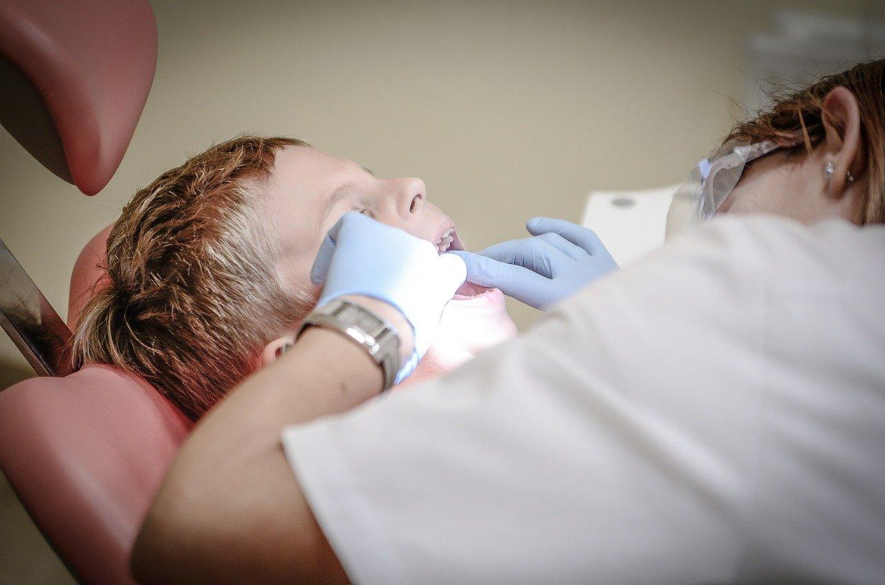 歯の治療をする男の子